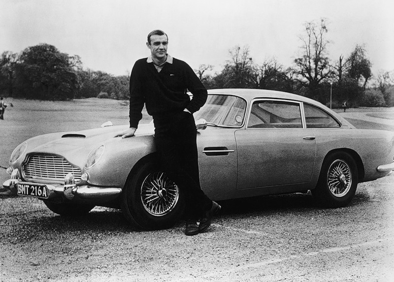 автомобиль Aston Martin и Джеймс Бонд