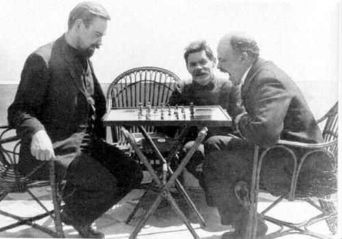 Ленин играет в шахматы, а Горький загладывает ему в рот :)