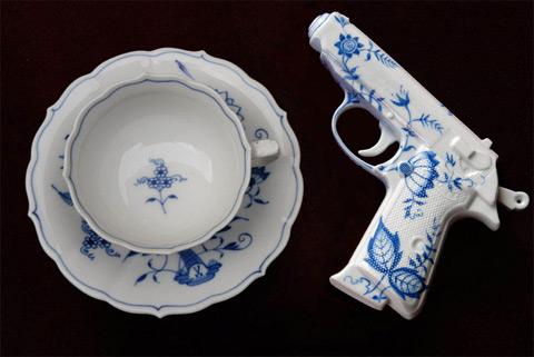пистолет из фарфора от Джеймса Бонда