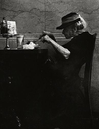 Старая женщина в кофейне на 6й авеню, 1930е