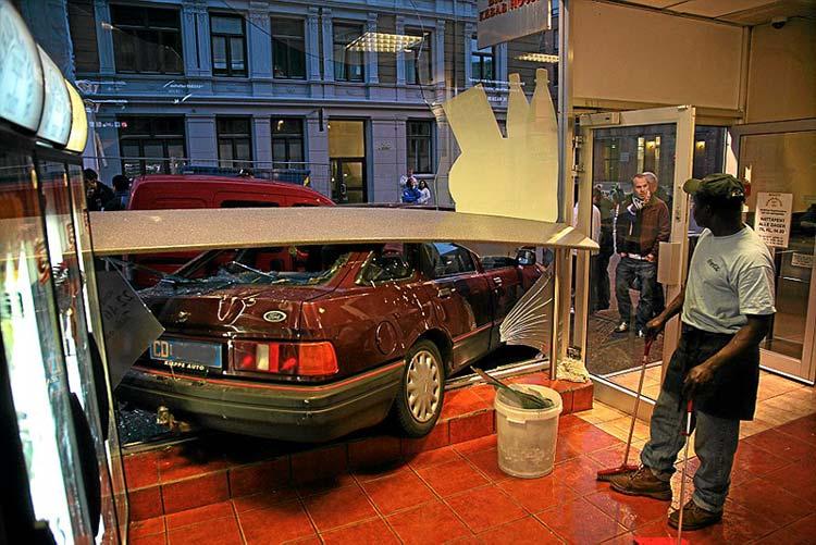 неудачная парковка автомобиля у кафе в Осло (Норвегия)