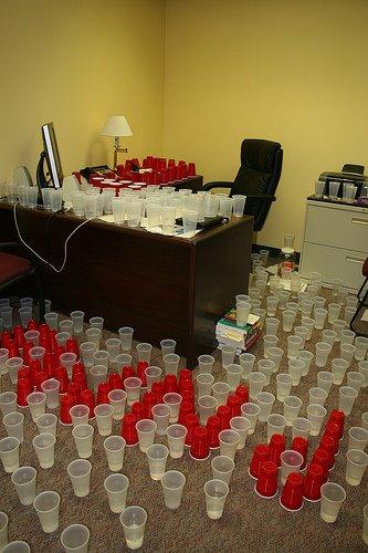 офисный прикол с кофейными стаканчиками