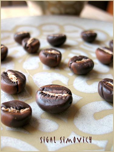 кофейные зерна из полимерной глины / украшения своими руками