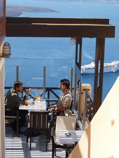 кафе над пропастью на острове Санторини, Греция / фотограф композитор Александр Шульгин