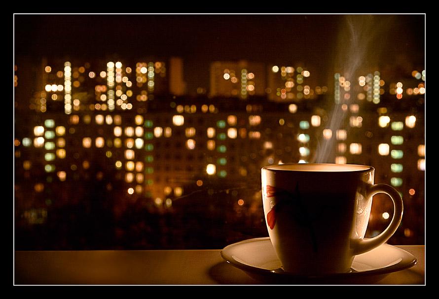 огни ночного города и кофе у окна