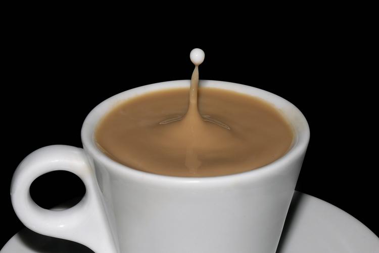 капля молока падает в кофе
