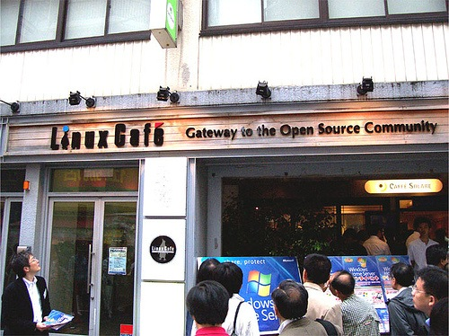 "Линукс кафе в Токио / ""Linux Cafe"" coffee shop in Tokyo"