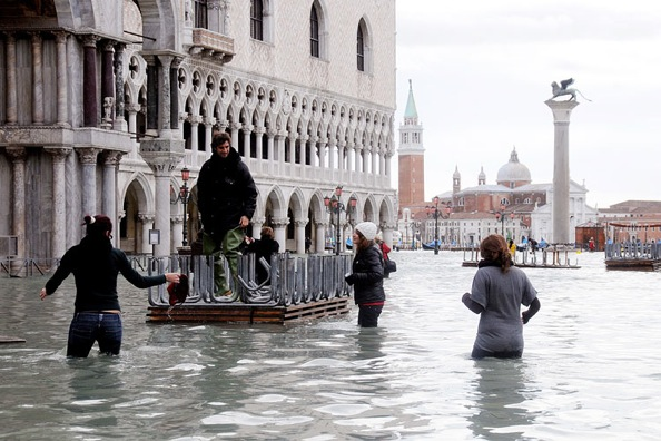 кафе Венеции под водой / наводнение 2008