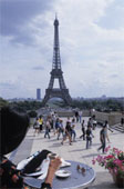 Кафе рядом с Эйфелевой башней в Париже