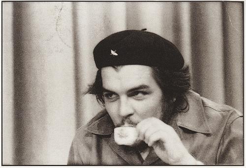 Че Гевара с чашкой кофе (редкое фото)