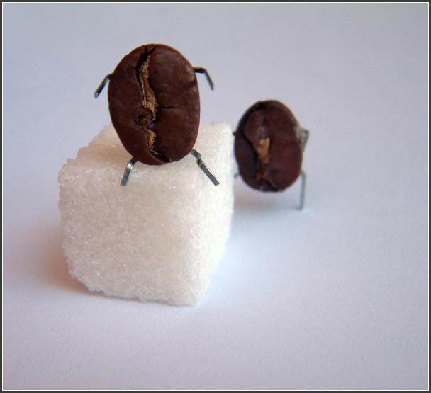 кофейные зерна и сахар