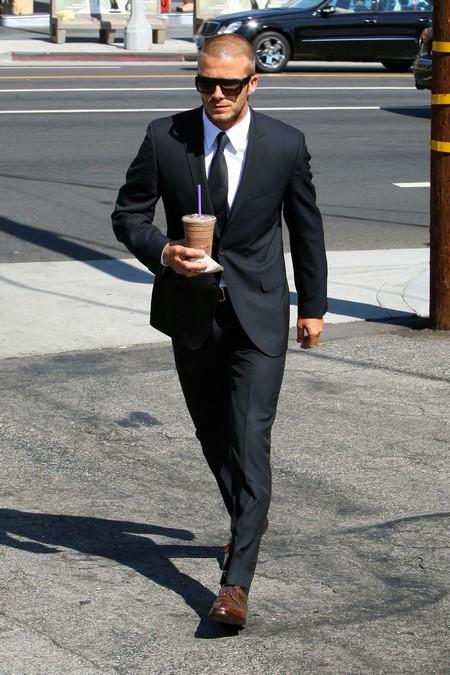 Дэвид Бекхэм пьет кофе на улице