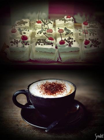 капучино и бисквитные пирожные с вишенками