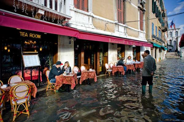 кофе в кафе Венеции под водой