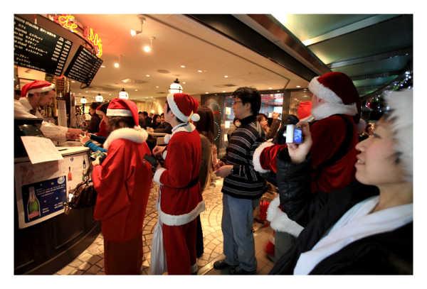 Санта Клаусы в очереди за кофе / Токио