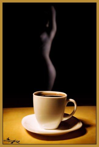 женский силуэт в дымке над чашкой горячего кофе