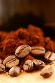 кофейный зерна и молотый кофе для эспрессо