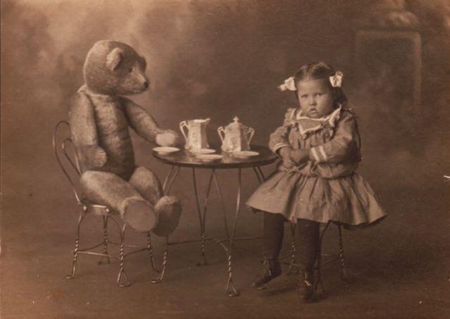 Кофепитие маленькой девочки и плюшевого медведя - старинная фотография