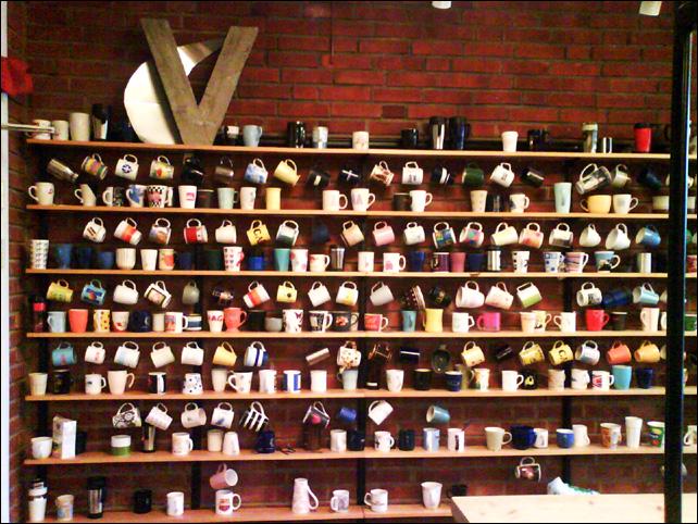 стена кофейных чашек в кафе - Швеция