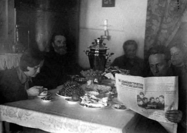 педагоги Сухаревы за семейным чаепитием, г.Бийск, Алтайский край, 1938 год
