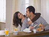 Воскресный завтрак - кофе, апельсиновый сок и булочки