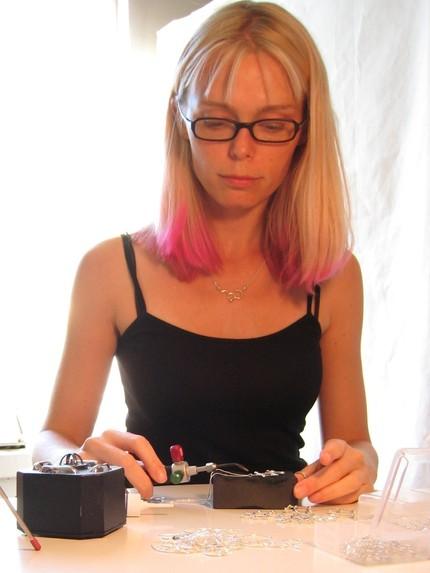 Молекула кофеина - ювелирное серебряное украшение (автор Ханна Равен)