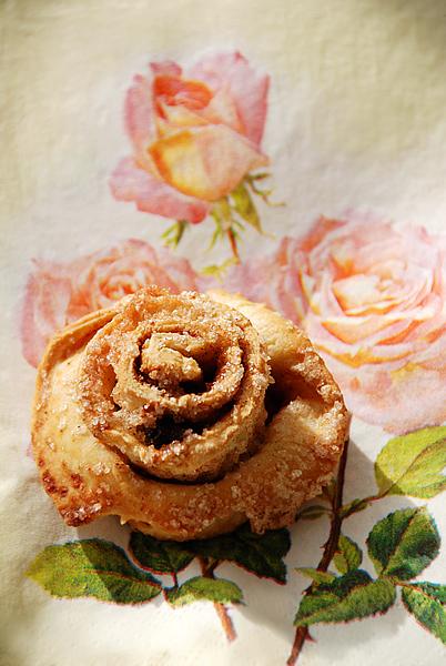 Выпечка - сахарная роза с корицей