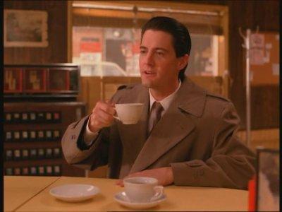 Эпизод из сериала Твин Пикс - агент Дейл Купер пьет кофе
