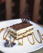 французский десерт Наполеон с шоколадной крошкой