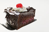 Шоколадный торт с вишенкой