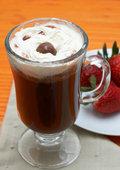 Холодный кофе с клубникой