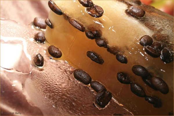 Растаявший лед с зернами кофе