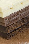 Плитки черного, молочного и белого шоколада
