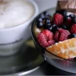 Капучино с мороженым и свежими ягодами
