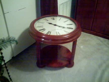 Необычный кофейный столик с настоящими часами в столешнице