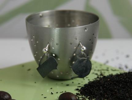Серебряные серьги в виде старого кофейника и чайника с пятнами
