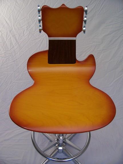 Необычный стул для бара в виде гитары