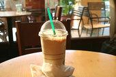 Ледяной кофе в одноразовом стаканчике