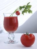 Томатный сок и помидор