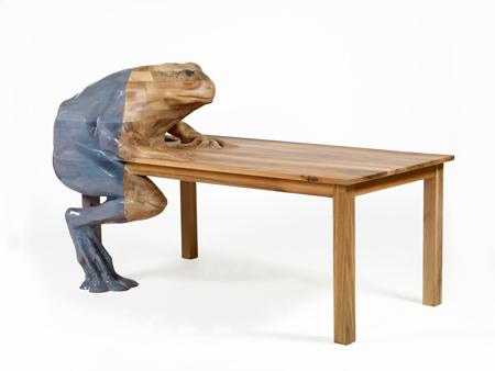 Кофейный столик со скульптурой жабы