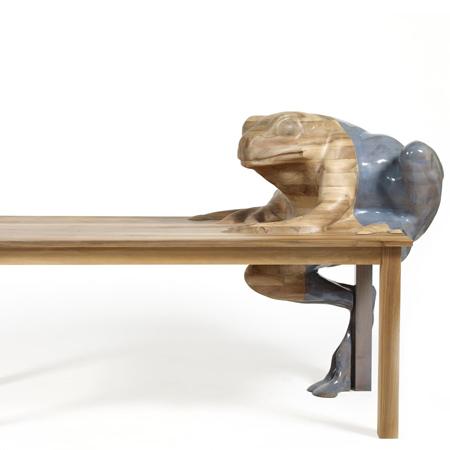 Столик для кофе и лягушки