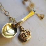 Ожерелье с ложкой и королевским символом