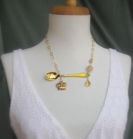 Золотая ложка в ожерелье с королевским символом