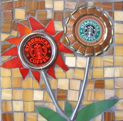 Мозаика на тему кофе из крышек от стаканчиков Старбакс