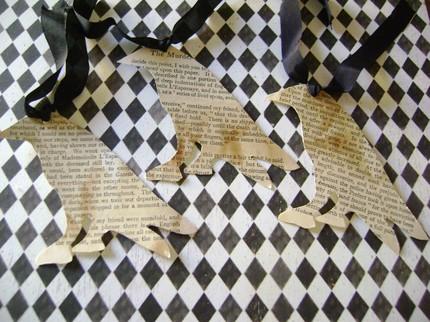 Закладки для книги с пятнами кофе вырезаны в форме ворона