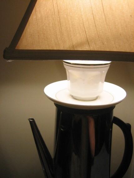 Самодельная настольная лампа из кофейника и чашки с блюдцем