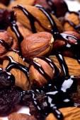 Топпинг шоколадным соусом на орехах