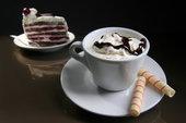 Шоколадный топинг на взбитых сливках в кофе