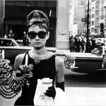 Кадр из фильма Завтрак у Тиффани - Одри Хепберн пьет кофе перед витриной